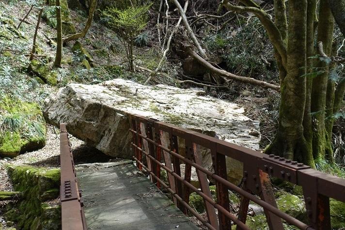 2 登山道の2 橋の横に石が崩落 13%