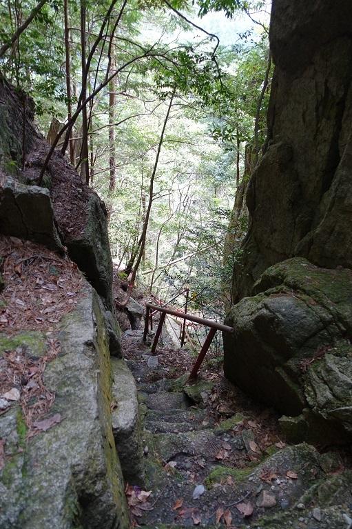 11 滝周辺の急登を見おろして-1 14%