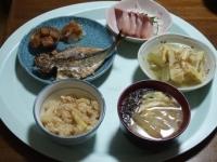 4/21 夕食 アジの干物、ブリの刺身、筍とふきの煮物、玉ねぎと玉子の味噌汁ギバサ入り、筍ご飯