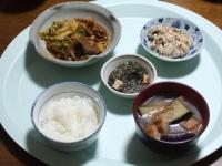 4/25 夕食 ホルモン炒め、こんにゃくの白和え、ギバサとカニかまのワサビマヨ和え、ナスと油麩の味噌汁、ごはん