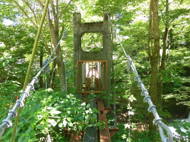 八坂満仲の水管吊橋