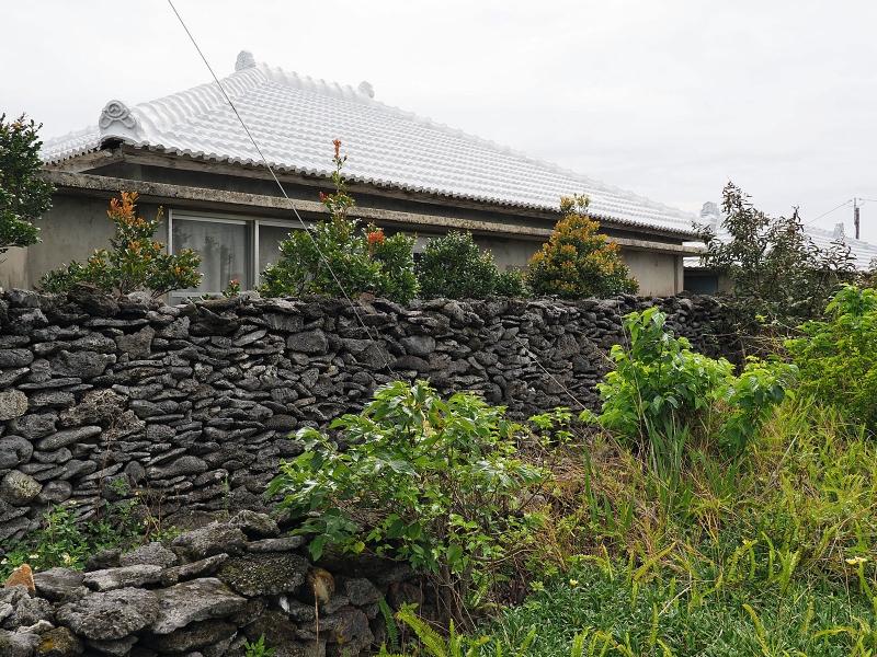 勢理客の家々