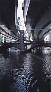 日本橋自動車道路の下