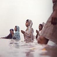 ガンガー河で沐浴する女