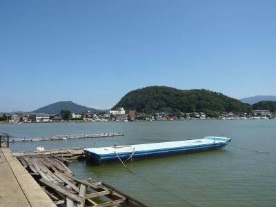 久々子湖北端、遊覧船乗り場と早瀬集落(CC 表示-継承4.0 by Kugushi_hayase)