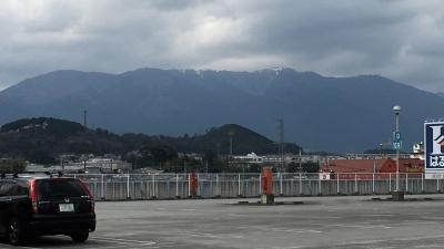 頂上付近に雪が残る比良山(4月12日16時頃)