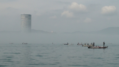 ようやく霧が晴れかけた琵琶湖南湖プリンスホテル沖(4月16日9時30分時頃)
