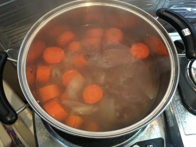 鹿スジ肉のスープ 煮込み中