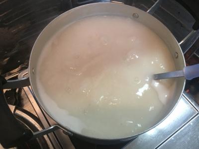 軽く煮立てて砂糖と生姜汁を加えたらできあがり