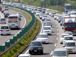 激しく渋滞中の高速道路