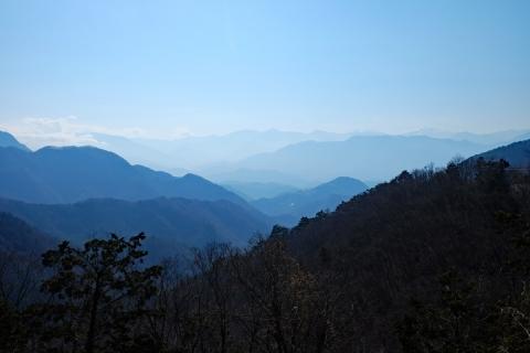 38本栖みち霞む山々