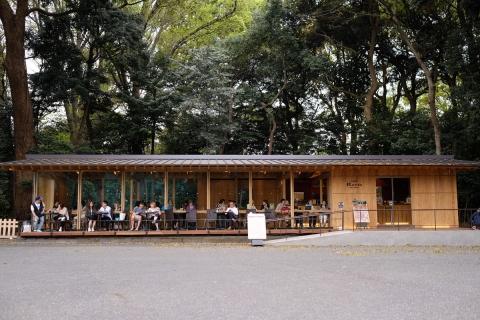 12明治神宮鳥居そばのカフェテラス