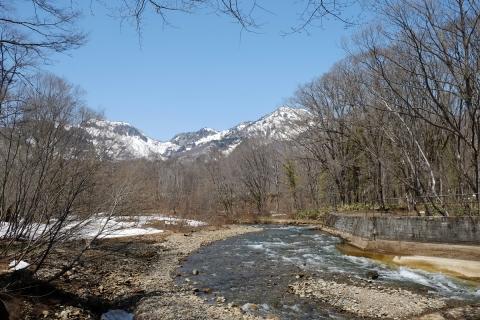 09戸隠へ県道36号雪解けの流れと残雪