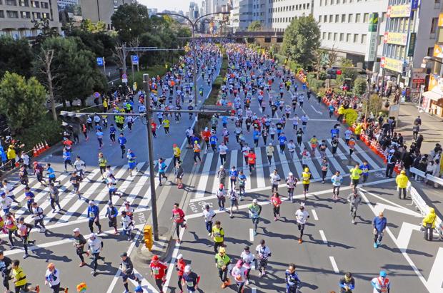 ②道路いっぱいに走るランナー達