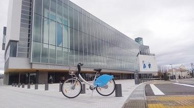 自転車と美術館前