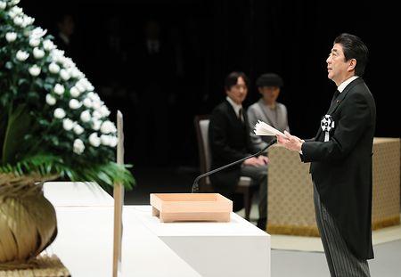 政府主催の東日本大震災の追悼式で、式辞を述べる安倍晋三首相=11日午後、東京都千代田区の国立劇場