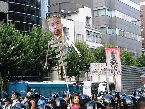 平成25年8月15日、反天連デモで先帝陛下(昭和天皇)の顔写真に、ツノを付け、身体を骸骨にした人形を笑いながら振り回すチョン顔丸出し野郎!