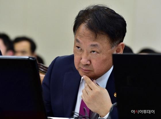 ユイルホ経済副首相兼企画財政部長官が14日、国会で開かれた企画財政委員会の全体会議で。写真=イビョンファ記者