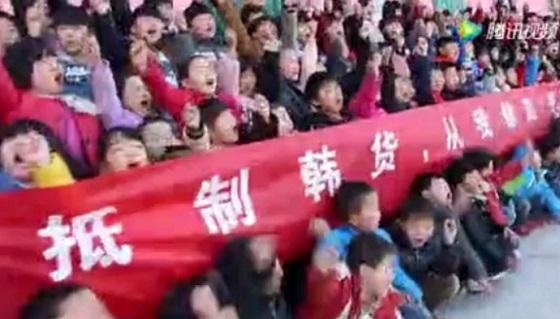 (写真) 韓国ブランド不売のスローガンを叫ぶ小学生。
