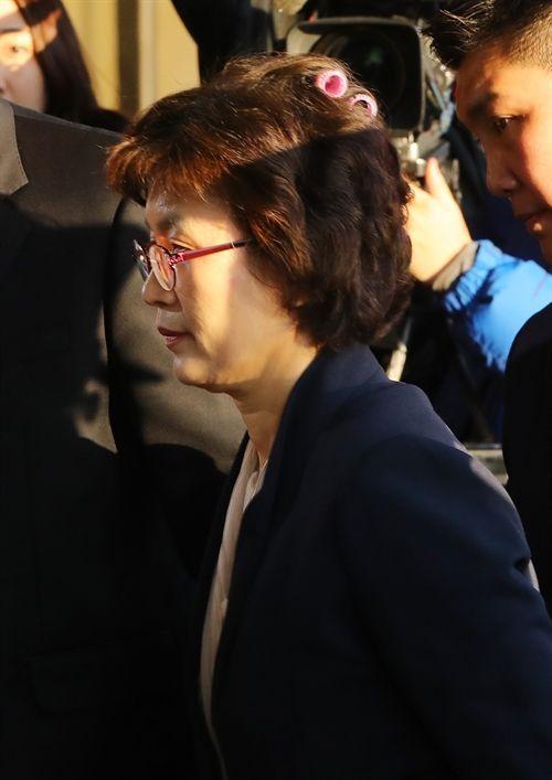 パク・クネ大統領弾劾審判宣告日の10日午前李貞美裁判官が、ソウル鍾路区憲法裁判所に出勤している。この日、普段よりも早い時間で出勤したが裁判官は、緊張した状況を反映するように、髪に美容ツールをそのまま挿し