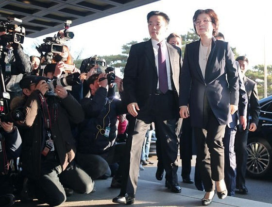 李貞美裁判官は、髪に美容ツール(ヘアカラー)を挿したままソウル鍾路区憲法裁判所の庁舎に入った。