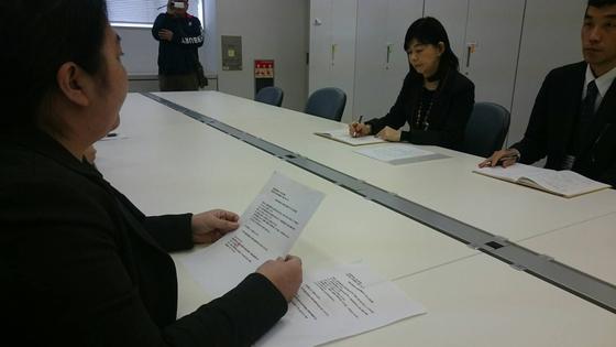 3月3日、瑞穂の國記念小學院に入学予定の保護者と塚本幼稚園の保護者達、数十名が、大阪府庁に小学校の認可を出してほしいと要望書を提出した。