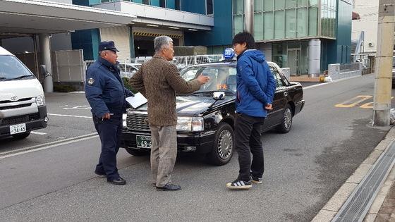 塚本幼稚園は朝から、マスコミがタクシーに乗って園児達を迎えに行く幼稚園バスの妨害をして、送迎時間が30分も遅れて授業も遅れていた。