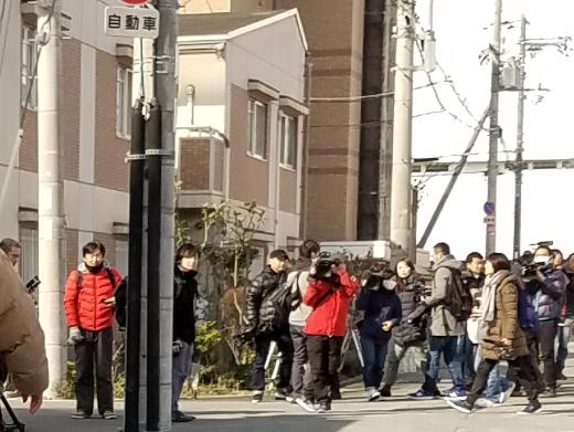 説明会開催前に学校の前には木村真(左翼の豊中市議:下画像の左の赤いジャンバー)がいた。