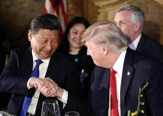 夕食会で握手を交わすトランプ米大統領(右)と中国の習近平国家主席=6日、米フロリダ州パームビーチ(AP)