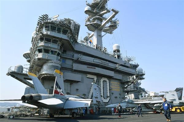 内外メディアの記者らに公開された米海軍の原子力空母カール・ビンソン=3月15日、韓国・釜山(共同)