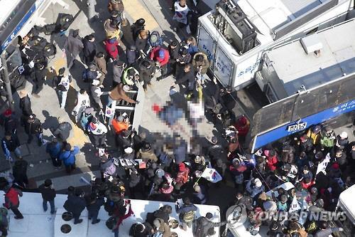 韓国警察庁によると、現場での衝突で倒れたとみられる2人が死亡した。聯合ニュースによれば1人は70代の男性で、現場近くの交差点で血を流して倒れていた。