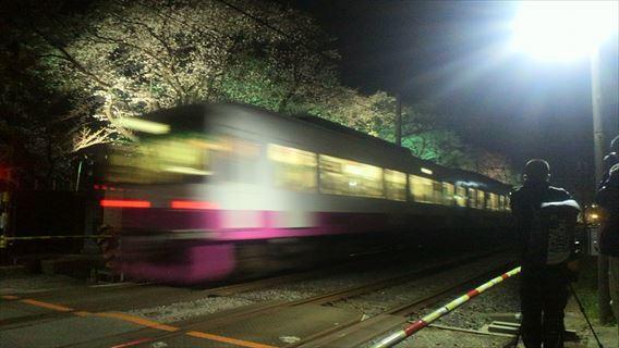 元山4号踏切を通過する下り列車