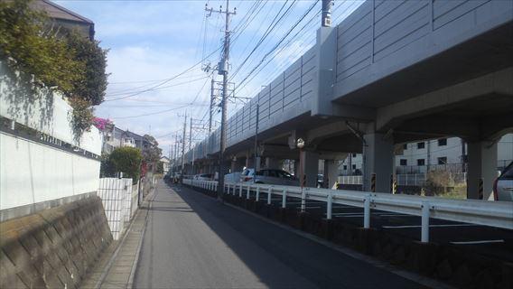 北総線高架脇の道