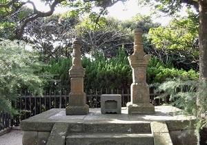 三浦按針夫妻の供養塔