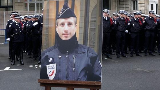 シャンゼリゼ通りで銃殺された警官を称える式典