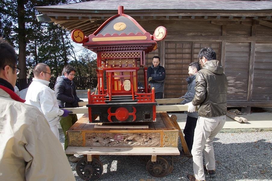 鶏足神社山車搬入作業
