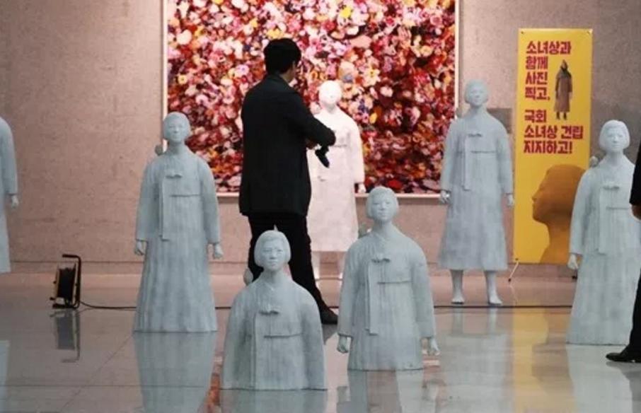 韓国国会ないの売春婦像