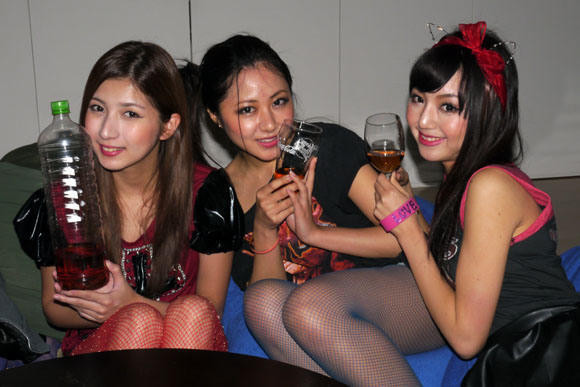 トンスルを飲む韓国人女性