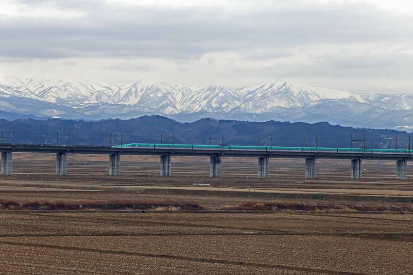 20170222焼石連峰と新幹線