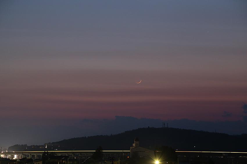20170329月齢1の月と水星と通過する新幹線