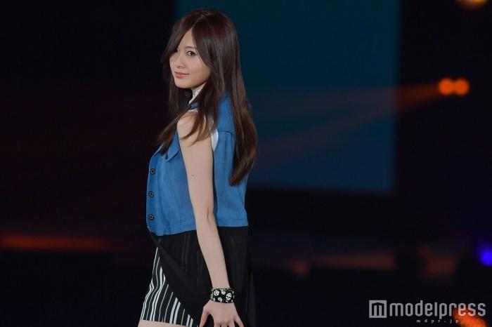 乃木坂46白石麻衣、トップバッターで美脚披露 「GirlsAward 2017 S/S」開幕4