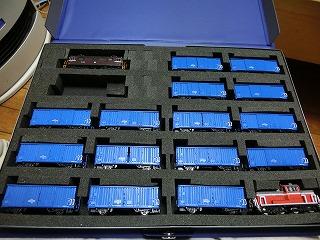 機関車と貨車をブックケースに収納した様子