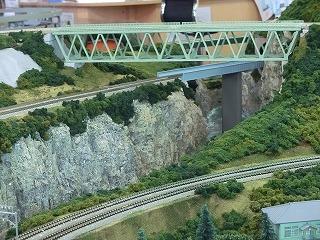 渓谷に架かる鉄橋