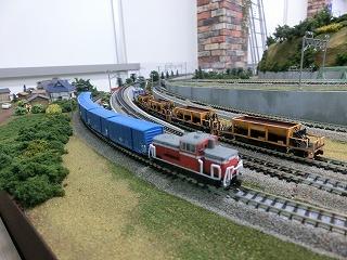 引上げ線に留置中の貨物列車