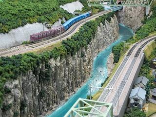 渓谷を走る岳南鉄道の貨物列車