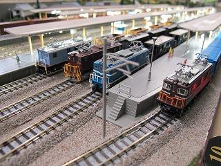 主要駅に停車中の4社の貨物列車