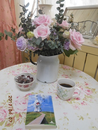 誕生日にいただいたお花と本。