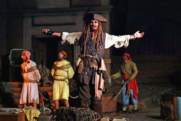 PAY-EXCLUSIVE-Johnny-Depp-stunned-fans-on-the-Pirates-of-the-Caribbean-ride-at-Disneyland-by-making-a (1)