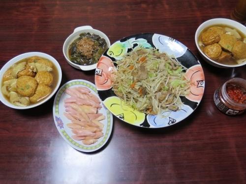 魚河岸揚げと厚揚げの煮物、もやしとチャーシューの野菜炒め、キムチ