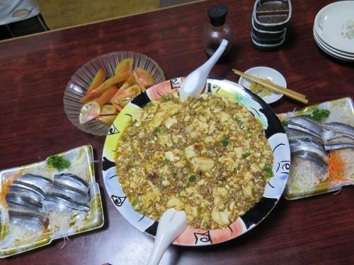 マーボー豆腐、秋刀魚刺身、トマト